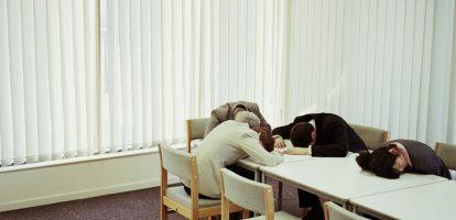 We zitten te veel en we zitten te lang. En als we willen overleggen doen we dat in een te kleine ruimte waardoor onze hersenen te weinig zuurstof krijgen. Dat leidt tot productiviteitsverlies, zegt columnist Mikkel Hofstee.