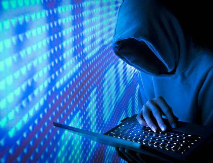 """Onder het motto de aanval is de beste verdediging heeft securitybedrijf Fox-IT openheid van zaken gegeven over een securitybreach van de eigen systemen. Het bedrijf meldt dat een cybercrimineel er op dinsdag 19 september in is geslaagd verkeer te onderscheppen tussen klanten en het bedrijf. De aanvaller wist zich te wurmen tussen het clientportal en de server van Fox-IT waardoor hij gegevens en eventueel bestanden heeft kunnen onderscheppen.Dit type aanval heet een """"Man-in-the-Middle-aanval"""" (MitM). Deur tien uur lang open Het lek werd na 10 uur gedicht, maar er zijn wel gegevens van klanten gelekt. Zo kreeg een aantal klanten een mail van het bedrijf waarin staat dat naam en e-mailadres in elk geval in verkeerde handen zijn gekomen. Ook zouden er ook vertrouwelijke bestanden zijn gelekt. Het bedrijf schrijft op de eigen website dat het incident 'ons, als cybersecurity-speler, met de neus op de feiten heeft gedrukt'. Het bedrijf grijpt het incident overigens ook aan om te laten zien dat ze heel snel hebben kunnen reagereen Fox-IT is geen kleintje in de wereld van de IT-security. Het bedrijf is ondermeer werkzaam voor de Nederlanse overheid en de Navo."""