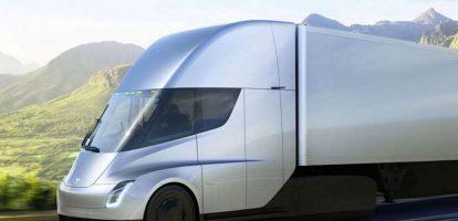 Tesla kondigde zijn elektrische vrachtwagen afgelopen november 2017 met veel bombarie aan. Laten we eens kijken wat voor disruptie de 'Semi'- zo heet de vrachtwagen – zou kunnen veroorzaken in de markt. Op het eerste gezicht is de Semi alleen een concurrent voor vrachtwagenfabrikanten. Maar Elon Musk heeft ook verklaard dat 'wanneer Tesla-trucks in konvooi rijden, de kosten lager liggen dan voor vervoer per trein'. Tesla trucks vs. vervoer per spoor Dat roept de vraag op of de spoorwegbedrijven wel hebben geanticipeerd op de komst van Tesla in hun sector. Kunnen zij op tijd reageren? In dit voorbeeld hebben de transportbedrijven vanaf de aankondiging tot het moment dat de vrachtwagen in productie wordt genomen, ongeveer 24 maanden de tijd om te reageren. Dat is heel erg kort. Het 'integrates Alertness model', is een raamwerk voor disruptiemanagement dat ons kan helpen op dergelijke situaties te reageren. Het model is gebaseerd op de uitkomst van 100 veranderingsprojecten die ik de afgelopen 20 jaar heb bestudeerd. Het model focust op de 5 zaken die heel vaak fout gaan tijdens de strategische implementatie van veranderingstrajecten: Het onvermogen om veranderingen in de marktomgeving waar te nemen en te begrijpen. Het onvermogen om de benodigde verandering goed te definiëren en daarmee samenhangend: slecht kunnen meten van de effecten van ingevoerde veranderingen Het onvermogen om een strategie te formuleren Het verkeerde team samen te stellen om de veranderingen door te voeren. Laten we aannemen dat Elon Musk gelijk krijgt en Tesla trucks zorgen voor een forse daling van het vervoer per spoor. In dit geval zijn er vijf vragen die spoorbedrijven zichzelf moeten stellen voordat ze reageren op Tesla's komst in hun markt. Is er echt sprake van disruptie? De eerste vraag die de spoorvervoerders zich moeten stellen is: is er sprake van een grote disruptie en waarom? Zou het het einde van het bedrijf kunnen betekenen? Hoe groot kan Tesla's marktaandeel worden? Is het effec
