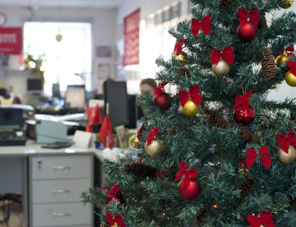 Terwijl de ene helft van werkend Nederland nog uitbuikt van het Kerstmaal, is de andere helft deze week aan het werk. Wanneer er zo weinig mensen op kantoor zijn, ligt tijdsverkwisting op de loer. Drie inzichten om je dagen efficiënt te gebruiken.