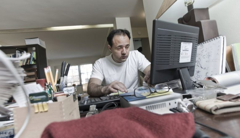 Gert-Jan is planvoorbereider bij een groot ingenieursbureau. Er worden civieltechnische projecten opgezet en uitgevoerd; grote (bruggen, tunnels) en kleinere (riolering, fietspaadjes). Kennisintensief, hooggeschoold werk over het algemeen. En zelfs tussen deze knappe koppen is Gert-Jan een uitblinkertje, overigens zonder enige kapsones. Hij rekent en tekent voor de start van majeure opdrachten alle technische en logistieke randvoorwaarden bij elkaar. Dankzij zijn denkwerk kan de uitvoering vervolgens ordelijk verlopen. Hij is goud waard. Burn-out Maar het gaat niet goed met Gert-Jan. Zijn motortje is oververhit geraakt. Het spookt in zijn hoofd, hij voelt zich miserabel, houdt zich maar net staande. Bij de keuring voor de hypotheek van zijn nieuwe huis werd een sterk verhoogde bloeddruk geconstateerd. Hij schrok zich een ongeluk als vroege dertiger. (Ook ging hierdoor zijn aflossingspremie een stuk omhoog !). Hij zit dicht tegen een burn out aan, da's wel duidelijk. En het ging allemaal zo lekker, de jaren hiervoor, wat is er dan veranderd, bij hem of het bedrijf ? Bij hem als persoon niets: 'ik werk graag samen maar ook prima alleen. Ik ben een perfectionist, alles moet kloppen, ga d'r helemaal in op.' En, een beetje besmuikt: 'ik heb autistische trekjes.' Het waren zijn woorden, ik ben erg voorzichtig met dat soort etikettering maar kon me er wel iets bij voorstellen. Het taboe is trouwens slijtende, er zijn zelfs technologische bedrijven die expliciet naar autisten zoeken. Het is een geuzennaam aan het worden. Hun extreme concentratievermogen en focus worden als unieke kwaliteiten gezien. 'Alles is even belangrijk' En daar zit bij Gert-Jan precies het probleem. De organisatie is na de schamele crisisjaren in een stroomversnelling geraakt, kan het werk eigenlijk niet aan en heeft intern nog geen goed antwoord gevonden op deze onbalans. Voor Gert-Jan betekent het dat hij aan twee managers verantwoording moet afleggen en dat anderen om die baasjes heen ook nog eens 