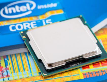 1. Lek in Intelchips probleem voor vrijwel elke pc of Mac Onderzoekers hebben een zwakte in de Intelchip ontdekt die vrijwel in elke pc of Mac-computer te vinden is. Het gaat in feite om twee verschillende zwakheden in het ontwerp van de chip. De lekken, 'meltdown' en 'spectre' genaamd, zouden het mogelijk maken om in het geheugen van de computers te kijken en zo bijvoorbeeld wachtwoorden te achterhalen. Of er op grote schaal misbruik van de ontwerpfouten van Intel is gemaakt, is niet bekend. Wel bekend is dat een oplossing waarschijnlijk ten koste gaat van de snelheid van de computer. Intel Inside is even geen aanbeveling meer. Het aandeel Intel verloor in twee dagen bijna 5 procent. 2. Booming economie niet zichtbaar op loonstrook in 2018 Zeven euro, dat is wat iemand met een modaal inkomen er maandelijks netto op vooruit gaat in januari. Dat concludeert salarisverwerker ADP op basis van eigen onderzoek. Wie meer dan modaal verdient, gaat er ook op vooruit, maar meer dan enkele euro's wordt het niet. Echt meer koopkracht kunnen de mensen verwachten in 2019 wanneer de maatregelen van het nieuwe kabinet moeten gaan zorgen voor een hoger besteedbaar inkomen. Het Centraal Planbureau (CPB) voorspelt voor 2018 overigens een economische groei van 3 procent. 3. Franchisenemers van ketens als Subway en Jamin starten met crowdfunding Het publiek je nieuwe zaak laten financieren was tot voor kort iets voor start-ups, maar inmiddels hebben ook de grote ketens het ontdekt, schrijft RTLZ. Of liever, toekomstige franchisenemers hebben ontdekt dat het een goed alternatief kan zijn voor bankfinanciering. Het publiek krijgt amper nog rendement op spaargeld en een investering in een bekend merk lijkt dan al snel een aantrekkelijk alternatief. De snoepketen Jamin kent al zeker 13 door crowdfunding (mede-)gefinancierde zaken. 4. Eindhovense fabrikant van microscopen gekocht door Amerikanen Phenom World uit Eindhoven komt in Amerikaanse handen. Dat meldt het Financieele Dagblad donderd