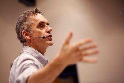 De Canadese klinisch psycholoog Jordan Peterson verlaat steeds vaker de Universiteit om lezingen te geven. Zijn onderwerp: hoe je als individu jezelf kunt zorgen dat je je volle potentie benut.