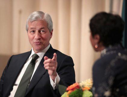 Jamie Dimon, de CEO van de Amerikaanse bank JPMorgan verdiende vorig jaar 29,5 miljoen dollar. Een profiel van deze grootverdiener.