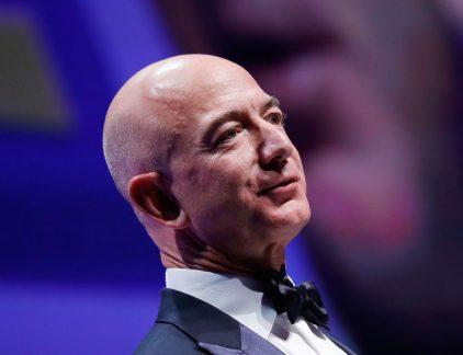 Jeff Bezos, oprichter van webwinkel Amazon, is nu officieel de rijkste persoon aller tijden. Hij was al de rijkste persoon ter wereld, maar door een stijging van de aandelen van Amazon streefde hij ook het tot dan toe hoogste vermogenscijfer ooit van Bill Gates voorbij. Een profiel van de ondernemer.