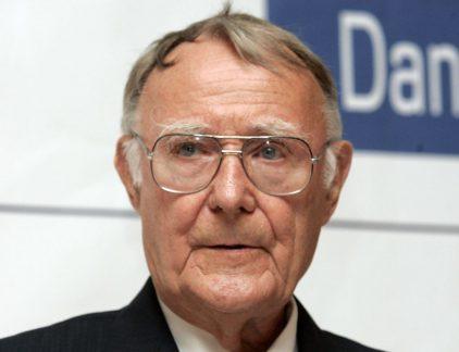 Ingvar Kamprad was de oprichter van IKEA (de naam is ontstaan uit zijn initialen en die van Elmtaryd, de boerderij waar hij is geboren, en het nabijgelegen dorp Agunnaryd in Zweden). Hij was tot op hoge leeftijd nog vaak in een van zijn winkels te vinden. Ook al zat hij sinds 1986 niet meer in de directie van het bedrijf dat inmiddels 350 vestigingen in dertig landen heeft. Waarom zijn mooie spullen zo vaak onbetaalbaar en daarmee alleen beschikbaar voor een beperkt deel van de samenleving, vroeg Kamprad zich af. Zo ontstond zijn overtuiging en missie dat iedereen recht heeft op betaalbare meubelen. Wie niet Zweeds is, kon jarenlang een plek in de raad van bestuur van IKEA vergeten. Kamprad sprak nauwelijks andere talen. Voor iemand met dyslexie, weinig financiële kennis en een jarenlange verslaving aan alcohol – dankzij de vele zakelijke contacten in Polen – wist hij het als ondernemer ver weten te schoppen. Zijn handelsinstinct liet Kamprad, die al op vijfjarige leeftijd begon met het handelen in lucifers, nooit in de steek. Interviews gaf hij uiterst zelden. Al dat gepraat, wie wordt daar beter van? Zonde van je tijd als je de hele wereld van IKEA-meubelen wilt voorzien. Echt contact met medewerkers Hij hield weliswaar niet van praten, wel van fysiek contact. Als hij een hand gaf, hield hij die stevig vast en keek de ander lang in de ogen. De korte weg naar de bedrijfskantine duurde lang, omdat hij iedere IKEA-medewerker onderweg begroette. Vaak bleef het niet bij een handdruk. De ondernemer knuffelde zijn personeel. Hij voelde zich het meest op zijn gemak in het gezelschap van anderen. 'Op een universiteitsbijeenkomst in Warschau gaf ik elke student een hand om mij voor te stellen. Zij waren verbaasd en zeiden dat ik anders was dan Jack Welch, die eerder was geweest. Die had nauwelijks mensen begroet.' De werkvloer is de beste universiteit Het gaat volgens hem vooral over het hart van je medewerkers. Dat is waar de wereld op zit te wachten. Mensen zijn geen numm