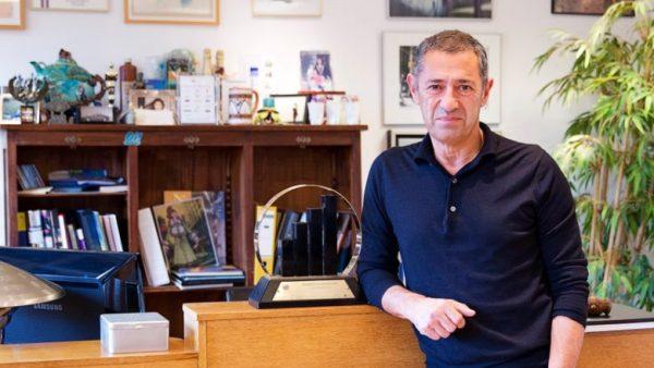 Coolcat-eigenaar Roland Kahn vindt het met zijn 65 jaar nog niet genoeg geweest, hij wil 'nog 120 jaar' blijven werken. Toch laat hij weten zijn bedrijf in de komende drie jaar over te dragen aan zijn twee zoons. Zelf wil hij aanblijven als adviseur. Een profiel van de multimiljonair.
