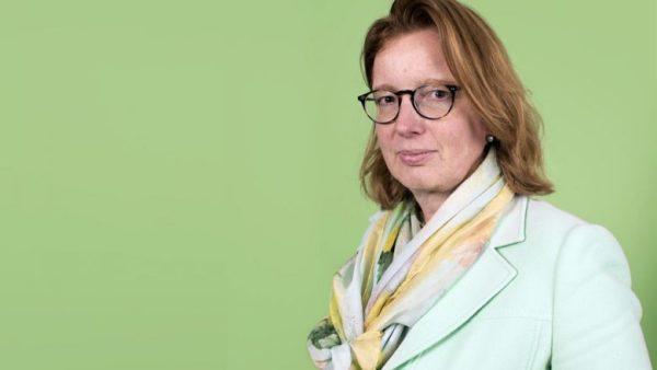 Bouwbedrijf BAM en CFO Thessa Menssen nemen per 1 juli afscheid van elkaar. Menssen legt haar taken neer als financieel directeur, want er is een 'andere invulling van de cfo-functie vereist'. Een profiel van Menssen (50).