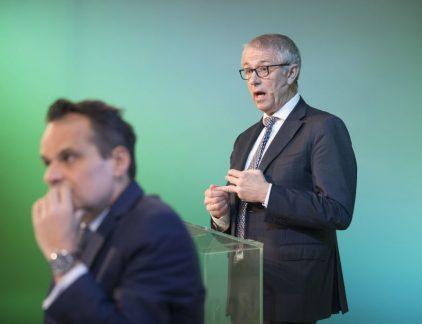 Eelco Blok werd in 1957 in Vlissingen geboren. Hij studeerde bedrijfskunde aan zowel de TU Delft als Rotterdam. Hij kwam vrij vroeg in zijn carrière bij KPN terecht, destijds nog PTT Telecom geheten en ook nog in handen van de staat. Het eerste decennium bij de telecomprovider bracht hij door op de financiële afdeling. In 1994, het jaar van de beursgang van het in 1989 verzelfstandigde KPN, stapte hij over naar marketing en sales. Rond de eeuwwisseling was Blok opgeklommen tot hoofd van het vaste net en daarna volgden managementfuncties bij dochter en ict-dienstverlener Getronics en hoofd van de Zakelijk markt. In 2004 trad hij toe tot de raad van bestuur. Maar in datzelfde jaar moest hij gedwongen weer een treetje naar beneden. Onder zijn leiding waren kortingen aan zakelijke klanten verstrekt die volgens de toezichthouder niet door de beugel konden. Reorganisatie Twee jaar later keerde Blok terug aan de top. Dat waren woelige dagen. Onder leiding van Ad Scheepbouwer werd er drastisch gereorganiseerd. Duizenden banen gingen verloren. De operatie redde KPN van de ondergang, maar toen Eelco Blok in 2011 Scheepbouwer opvolgde was de klus nog niet klaar. Ook onder Blok moest er gereorganiseerd en gingen er nog eens 4.500 mensen uit. De telecomsector was een mondiale vechtmarkt geworden. KPN, dat ooit met de grote jongens als Vodafone en T- Mobile hoopte meedoen, werd onder Blok meer en meer bescheiden. De Duitse dochter E-Plus werd in 2014 verkocht. KPN trok zich terug op de Nederlandse markt. Iedereen verwachtte een overname van het bedrijf door een buitenlandse partij. Die bleef uit. Een serieuze poging van America Movil van de Mexicaanse miljardair Carlos Slim werd door Blok, met medewerking van politiek Den Haag, verijdeld. Behalve afstoten, investeerde KPN onder Blok ook. Onder zijn leiding werd KPN in Nederland ook een echt serieuze speler op de televisiemarkt. Het KPN dat Blok achterlaat is nog steeds een zelfstandig bedrijf en winstgevend. Maar het is wel stukk