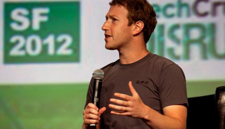 """Begin 2017 gebruikte Mark Zuckerberg, CEO van Facebook, grote woorden in zijn manifest 'Building Global Community'. In zijn eigen State-of-the-Union vertelt hij hoe we geleerd hebben samen te leven in steeds grotere aantallen van stammen tot steden tot hele naties. 'We nemen nu een volgende stap. Vooruitgang vereist dat de mensheid niet alleen samenleeft in steden of landen maar ook als wereldwijde gemeenschap.' Voor het eerst in de geschiedenis van het sociale netwerk werd daarop de bedrijfsmissie aangepast. Van """"mensen de macht geven om te delen en de wereld meer open en verbonden te maken"""" naar """"om mensen de macht te geven een gemeenschap te bouwen en de wereld dichterbij elkaar te brengen."""" Die missie pakte afgelopen jaar anders uit. Een harde les voor de bestuurder van een van de meest invloedrijkste organisaties van de wereld. Zelfmoord, pesten en politiek Hoe mooi de ideëen van de Facebook-bestuurder ook zijn, Zuckerberg had zich ongetwijfeld een ander 2017 voorgesteld. Begin van het jaar werd het platform meerdere malen opgeschrikt door zelfmoorden, moordpartijen, martelingen, verkrachtingen en pesterijen die realtime te volgen waren via het nieuwste speeltje Facebook Live. Meest geruchtmakend waren de beelden die de 37-jarige Amerikaan Steve Stephens realtime uitzond. Hij maakte een hele show van zijn eigen moordpartij. In die bewuste Facebook video was te zien hoe Stephens uit zijn auto stapt op weg naar de man die hij na een kort gesprek vervolgens dood schiet. In de laatste beelden ligt de vermoorde man bloedend op de grond. De schokkende beelden stonden enkele uren na de moord nog online. Het duurde 23 minuten na de eerste melding voordat Facebook de beelden uitschakelde en twee uur voordat het account verwijderd werd. In een reactie zegt het sociale netwerk bedrijf dat ze dit beter en sneller hadden moeten doen. Nepnieuws onderschat De problemen rondom de verspreiding van nepnieuws werden in eerste instantie ook niet serieus genomen. Mark Zuckerberg vo"""