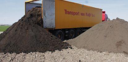 """Suiker. We gebruiken het vrijwel elke dag. Maar wat de meeste Nederlanders waarschijnlijk niet weten is de weg die het product bewandelt voordat het in onze monden belandt. Bij Suiker Unie hebben ze dit proces de afgelopen jaren flink weten te verduurzamen. """"En dat begint al bij de oogst"""", vertelt Pieter Brooijmans, die opereert als Manager Agrarische Dienst Centraal. """"Een belangrijk deel van de plant is het bietenblad, het zogeheten loof. Dat laten we bewust achter op het land zodat de nutriënten in het blad weer teruggaan naar de grond. Die zijn belangrijk om de plant te laten groeien."""" De mineralenkringloop sluiten De bieten zelf gaan naar de fabriek voor een grondige wasbeurt. De restjes bietengrond worden ingedikt en gedroogd en kunnen vervolgens weer worden hergebruikt, voor dijkverzwaring bijvoorbeeld. Tijdens het wassen breken ook kleine stukjes biet af. Deze stroom werd vroeger nog afgevoerd naar een composteerder, maar daar heeft Suiker Unie een beter doel voor gevonden: de biomassavergister. Wat erin gaat als bietresten komt eruit als biogas. """"De bieten zelf snijden we in kleine reepjes. Nadat de suiker uit het snijdsel is gehaald, blijft er bietenpulp over. Dit wordt gebruikt om koeien te voeren. De mineralen komen zo weer terecht in de mest en die wordt vervolgens weer terug gebracht naar de akkers. Aan het ruwe sap voegen we kalk toe dat de overige mineralen aan elkaar bindt en waarna het uit het sap wordt verwijderd. Deze meststof gaat ook weer naar de landbouw. Zo sluiten we de mineralenkringloop en werken we aan het behoud van een gezonde bodem"""", aldus Brooijmans. Energiebesparingen De biogas-installaties van Suiker Unie verwerken jaarlijks meer dan 100.000 ton kg plantaardig restmateriaal, allemaal afkomstig van het eigen productieproces. """"Als we volledig draaien, dan leveren we per jaar meer dan 30 miljoen kubieke meter groen gas aan het net. We zijn daarmee in Nederland de grootste producent van duurzaam gas"""", zegt Brooijmans. De biomassavergiste"""