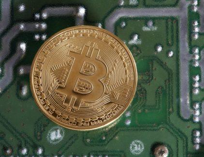 Ondernemer Kristel Groenenboom vraagt zich af waarom ze eigenlijk niks met bitcoins doet, want iedereen doet dat nu toch? Ze besluit zich te verdiepen in de digitale munten, want hoe gevaarlijk kan het zijn?