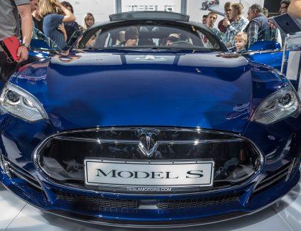 Plus: NXP spil in overnamestrijd, Bakkerij nieuwsjaarolletjes over de kop en Duitsland en Frankrijk in de weer tegen Nederlandse belastingregels. BMW verslaat Tesla.