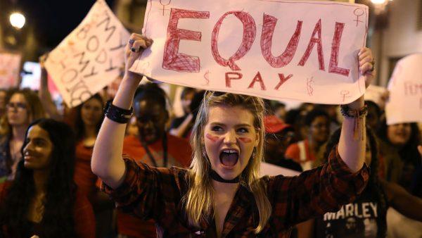Vrouwen die starten in een managementfunctie verdienen aanzienlijk minder dan mannen. Een Amerikaanse studie vond een mogelijke remedie voor deze loonkloof.