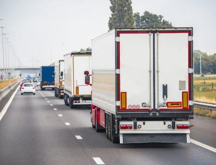 Vrachtwagens die met een enkele bestuurder achter elkaar rijden door middel van WiFi-verbinding: vanuit de Rotterdamse Haven moeten over twee jaar honderd truck per dag automatisch het achterland in rijden.