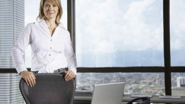 Steeds meer vrouwen doorbreken het glazen plafond en bereiken de top van een bedrijf. Dat heeft ook de aandacht getrokken van activistische aandeelhouders, die hen vaker doelwit maken van een aanval op hun positie dan mannelijke CEO's.