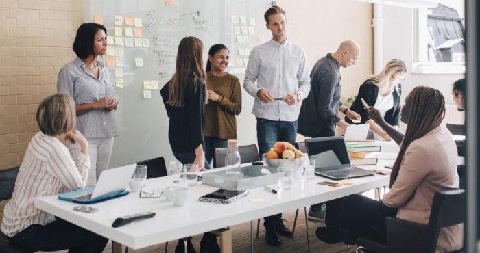 1.Onderling vertrouwen is nog nooit zo hoog geweest Goed nieuws: werknemers hebben meer vertrouwen in hun managers. Het vergroten van vertrouwen in de organisatie is altijd lastig. Immers: vertrouwen komt te voet en gaat te paard. Maar daarom is het niet minder belangrijk. De geloofwaardigheid en de integriteit van het management hebben gevolgen voor de sfeer op de werkvloer – meer vertrouwen zorgt voor een betere sfeer op kantoor. Het is als management misschien gemakkelijker om de controle van een organisatie strak en dichtbij te houden, maar het is juist beter voor een organisatie als er op basis van vertrouwen met elkaar wordt samengewerkt aan de doelstellingen van een bedrijf. 2.Behoefte aan duidelijke visie neemt toe Nog zo'n heikel thema: visie. Uit onderzoek blijkt dat de behoefte aan een sterke visie steeds groter is. Bedrijven waar de visie breed in de organisatie wordt gedragen, worden gezien als een aantrekkelijker werkgever. Wie aan de doelstellingen van zijn bedrijf wil werken, moet eerst weten wat die doelstellingen zijn. Een ingelijste spreuk in de hal van het kantoor waar niemand ooit meer naar omkijkt, is geen visie. Een goede visie komt het beste tot stand als het hele bedrijf eraan meewerkt. Visie is dus geen thuiswedstrijd voor de directie. Het is een proces waar alle medewerkers aan mee moeten doen. 3.Gedeelde verantwoordelijkheid maakt het verschil De autonomie van medewerkers is al een aantal jaar in de lift en maakt ook dit jaar weer het verschil voor bedrijven in de top van aantrekkelijke werkgevers. Werknemers die veel vrijheid krijgen, vinden hun werk prettiger en presteren beter. Daarbij hoort: verantwoordelijkheden worden steeds meer gelijk verdeeld in de organisatie. Medewerkers worden in hun vakkundigheid gerespecteerd en krijgen de kans die in te zetten voor het realiseren van de visie (zie punt 2). Organisaties functioneren daardoor beter en ook de samenwerking tussen organisaties verbetert. Hier geldt hetzelfde als met het vertrouw