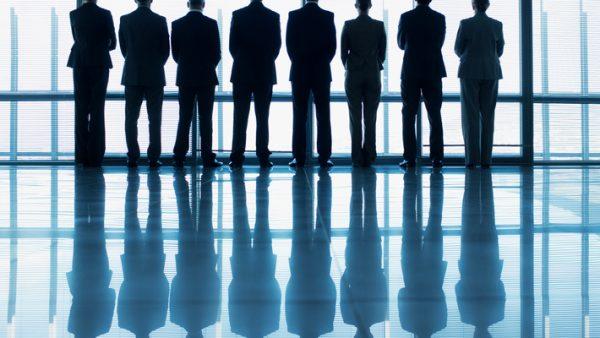 Als leidinggevende hoef je geen psycholoog te zijn. Maar je kunt je team wel verder helpen door gebruik te maken van bepaalde technieken die afkomstig zijn uit de psychotherapie zoals systeemdenken. Systeemdenken is van oorsprong een vorm voor familietherapie, maar wordt steeds vaker in organisatiecontext toegepast.Het is een manier van kijken naar groepen waarbij de focus ligt op de onderlige relaties van de groepsleden. Gedrag staat immers nooit op zichzelf, maar is een reactie op het gedrag van een ander. Loopt het niet lekker in een groep? Dan kun je kijken naar wat er tussen mensen gebeurt. Onzichtbare chauffeur Eerst wat achtergrondinformatie over gedrag. We worden allemaal geboren met een bepaalde aanleg. Vervolgens hebben ervaringen uit je jeugd invloed op hoe je persoonlijkheid zich ontwikkelt. Zo bouw je in je jeugd een beliefsysteem op: een set van meningen, opvattingen, principes, en overtuigingen. Beliefsystemen zijn de onzichtbare chauffeurs van communicatie en gedrag. Het bepaalt je reactie op een gebeurtenis. En dus ook hoe je je gedraagt tijdens een overleg. De communicatiestijlen van Kantor David Kantor, systeemdenker en psycholoog uit Cambridge, heeft onderzoek gedaan naar communicatiepatronen in organisaties. Hij ontdekte dat gesprekspatronen die je in families ziet, ook terugkomen in organisaties. Of het nou in een managementteam, werkoverleg van een projectgroep of een gezin is: dit zijn de vier verschillende communicatiestijlen die je kunt herkennen: Movers doen voorstellen, ontwikkelen ideeën en initiëren zaken Opposers reageren op de voorstellen en ideeën, veelal met bezwaren Followers haken aan op andermans ideeën en gaan er in mee Bystanders kijken, zijn rustig en blijven op de achtergrond, ze committeren zich niet. Nu denk je misschien dat Kantor hier type mensen beschrijft, maar dat is niet zo: het zijn eerder rollen of stijlen. Je kiest een communicatiestijl, afhankelijk van de situatie en je persoonlijke beliefsysteem. Zo kun je bijvoo