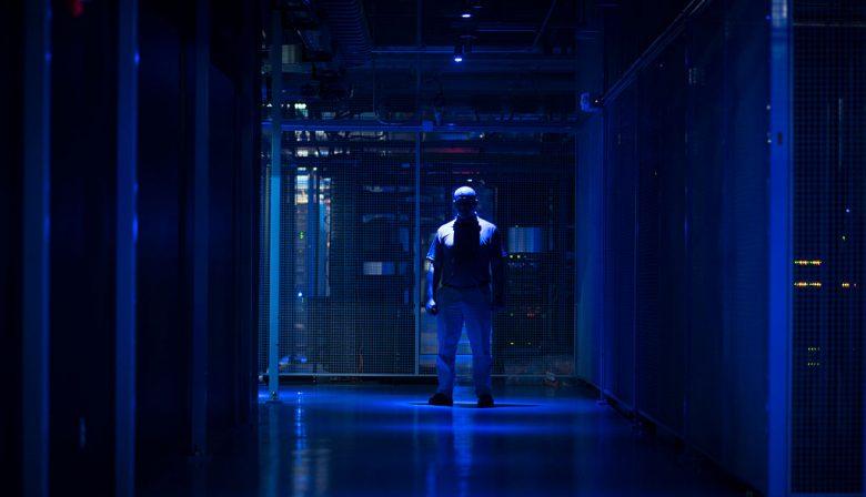 1. Google steekt half miljard in uitbreiding Gronings datacentrum Het techbedrijf gaat het huidige datacentrum in de Eemshaven fors uitbreiden. Het datacentrum is een van de vier datacenters in Europa waar het bedrijf clouddiensten als Youtube, Gmail, en Google Maps host. De stroom van het datacenter wordt niet verkregen door het verbranden van Gronings gas, maar komt van windturbines in de omgeving. Op dit moment werken er 250 mensen. Onbekend is hoeveel werkgelegenheid de uitbreiding gaat opleveren. 2. Forse ontslagvergoeding voor Ton Büchner (AkzoNobel) ondanks vrijwillig vertrek De storm rond de inmiddels ingetrokken loonsverhoging voor ING-topman Ralph Hamers is nog niet geluwd, of de volgende rel dient zich aan. Dit keer gaat het om oud-Akzo-topman Ton Büchner die deze zomer uit eigen beweging opstapte om gezondheidsredenen. Hoewel de Code Corporate Governance voor behoorlijk ondernemingsbestuur aangeeft dat er in zo'n geval geen ontslagvergoeding wordt betaald, is dit toch gebeurd, zo blijkt uit het jaarverslag. Büchner kreeg 925.000 euro extra mee, nog naast zijn salaris en zijn bonussen. In totaal kreeg hij 5,5 miljoen euro over 2017, een jaar waarin hij effectief zes maanden werkte. 3. 'Unilever is binnen, dus dividendbelasting kan blijven' De oppositie in de kamer vindt dat het kabinet in 2020 de dividendbelasting niet hoeft af te schaffen. De maatregel was bedoeld om buitenlandse bedrijven als Unilever en Shell in Nederland te houden. Buitenlandse bedrijven kunnen de dividendbelasting in tegenstelling tot Nederlandse bedrijven namelijk niet verrekenen met de inkomsten - of winstbelasting. De oppositie, vooral aan de linkerzijde, vindt dat nu Unilever heeft besloten het hoofdkantoor in Rotterdam te vestigen, het plan wel van tafel kan. 4. Retaildrama: bankroet Toys 'R' Us bedreigt 33.000 banen in VS De speelgoedketens hebben al jaren last van moordende concurrentie van webwinkels als Amazon. In Nederland werden de ketens Bart Smit en Intertoys samengevoeg