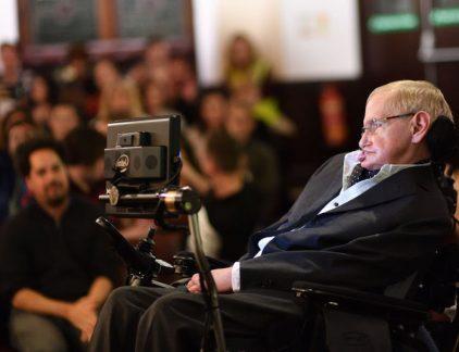 Natuurkundige Stephen Hawking is vandaag op 76-jarige leeftijd overleden. Hawking werd gezien als een van de grootste wetenschappers van deze tijd. In 2008 gaf hij een TEDtalk over de grote vragen van ons universum.