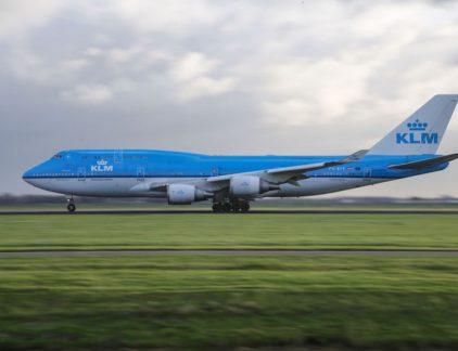 VR begint steeds meer aan terrein te winnen binnen het bedrijfsleven. Vooral het inwerken van nieuw personeel of trainen in bepaalde handelingen is populair. Zo zet luchtvaartmaatschappij KLM het in om onderhoudsmonteurs te trainen - zonder vliegtuig.