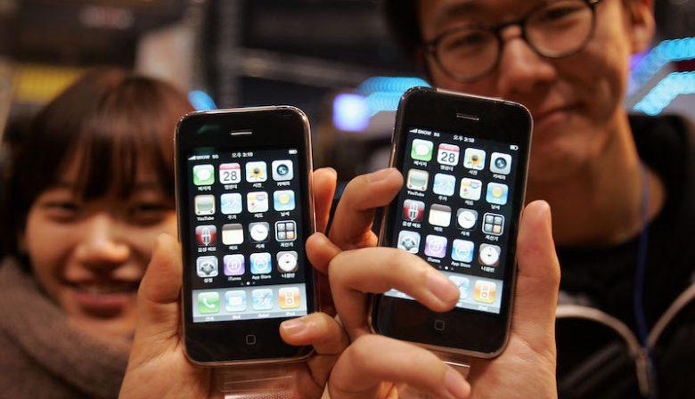 Iedere dag gebruiken miljarden mensen het apparaat, maar hoe het precies tot stand kwam? De Amerikaanse journalist Brian Merchant dook in de geschiedenis van Apple's iPhone en schreef het boek Het Almachtige Apparaat.