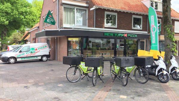 Nederland verandert en vraagstukken over mobiliteit veranderen mee. Dat betekent dat bedrijven op zoek moeten naar creatieve oplossingen voor hoe ze hun mensen van A naar B en alles daartussen moeten krijgen. Deze week belichten we vijf bedrijven die anders naar tijd, afstand en uitstoot kijken. Dit is deel 3: New York Pizza