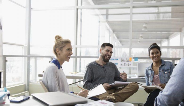 DELA en Atlassian: 5 arbeidsvoorwaarden die anders zijn dan anders Beide bedrijven zijn uitgeroepen tot 'Best Place to Work'. Toch zijn multinationaal softwarebedrijf Atlassian en nationaal uitvaartverzekeraar DELA heel verschillende werkplekken. Deze vijf arbeidsvoorwaarden maken het bijzonder op hun kantoor. 1. Een lichte werkplek Waar je werkt, beïnvloedt hoe gelukkig je op je werk bent. Dat is een eerste les die van DELA en Atlassian te leren valt. Beide bedrijven hebben veel aandacht in hun werkplek gestoken. De twee HR-managers van beide bedrijven vertellen trots over de inrichting. Human-resourcemanager EMEA Nikki Douglas van Atlassian: 'Ons kantoor tussen de Singel en de Herengracht in Amsterdam heeft een prachtig uitzicht, veel natuurlijk licht, een binnentuin.' Véronique Klaassen, directeur personeel en organisatie bij DELA omschrijft de inrichting van haar hoofdkantoor als 'warm en hip'. Het pand is net verbouwd – en met zachte pasteltinten opnieuw kleur gegeven. In het pand zijn allemaal verschillende soorten ruimten waar werknemers in teams kunnen werken of zich individueel kunnen terugtrekken. 'Met veel glas, zodat je altijd overal kunt zien wat er gebeurt.' Beide ruimten zijn bovendien gevuld met allerlei activiteiten voor de mensen. DELA-werknemers hadden behoefte aan een workshop over geluk, dus kwam de geluksprofessor er een lezing geven. Atlassian heeft 'welnessprogramma's, stoelmassages, een gezonde kantine en allerlei workshops over stress op het werk'. Douglas: 'Maar we stimuleren mensen ook om op tijd hun vakantie op te nemen. Work-life balans is erg belangrijk voor ons.' 2. Een eigen recruitmentbeleid Beide bedrijven selecteren bewust werknemers die goed bij de bedrijfscultuur passen. En dat levert een verschillende populatie op. Zo heeft DELA een voorkeur voor medewerkers die het belangrijk vinden om met hun werk bij te dragen aan een betekenisvol leven. Klaassen: 'Ook als je de IT doet, moet je begrijpen waar een uitvaartverzorging tegenaan