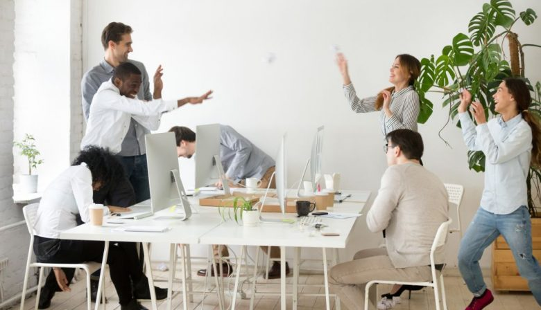 1. Vrijdag kantoordag Een werkweek is zo voorbij gevlogen. Voor je het weet ben je alleen maar bezig geweest met reizen, afspraken, acquisitie of projectoverleg. Aandacht voor collega's, jouw individuele ontwikkeling en de grote strategische lijnen van het bedrijf schieten er dan snel bij in. Om dat laatste te voorkomen, heeft House of Performance (HofP) vrijdag tot vaste kantoordag verklaard. Geralda van Sandijk, manager HR en Operations verklaart: 'Onze 45 consultants werken vooral op de werkvloer bij klanten. Het zijn slimme mensen die veel weten over bedrijfsvoering. Die kennis willen we ook intern gebruiken. Ons beleid wordt daarom niet alleen gemaakt door de vijf partners, maar met input van alle medewerkers.' En dus is vrijdag kantoordag. Tussen 13.00 uur en 14.00 uur is de gemeenschappelijke 'Obeya' gehouden. Obeya is Japans en verwijst naar de 'grote kamer' waar strategie, prestaties en projecten worden besproken. Van Sandijk: 'Tijdens de Obeya bespreken we wat er in de organisatie gebeurt en welke rol medewerkers daarin vervullen.' Een strategiemeeting dus. Maar dan met álle medewerkers tegelijkertijd. Dat kan alleen in een klein bedrijf. 2. Ruimte om fouten te maken Tijdens die vrijdagse bijeenkomsten wordt niet alleen de strategie besproken. Ook delen medewerkers hun successen en mislukkingen met elkaar. Van Sandijk: 'Op die manier staan we regelmatig stil bij onze eigen ontwikkeling. Daardoor ontstaat trots in de organisatie.' Het voorbeeld van de partners is daarbij erg belangrijk, onderstreept ze. 'Als zij bewust over hun fouten vertellen, kan iedereen daarvan leren.' Nieuwe werknemers worden aangemoedigd om contact te leggen met hun collega's. Van Sandijk: 'Ga eens koffie met ze drinken en vraag waar ze mee bezig zijn.' Eens per jaar gaat het hele kantoor terug naar de universiteit, naar de Universiteit van Cambridge welteverstaan, voor inhoudelijke ontwikkeling. Zo geeft HofP gestalte aan de lerende organisatie die het wil zijn. In zo'n sfeer worden