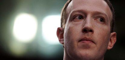Mark Zuckerberg komt praten met Europees Parlement Na de hoorzittingen voor de Amerikaanse Senaat en het Huis van Afgevaardigden wordt de topman van Facebook binnenkort ook aan de tand gevoeld in het Europees Parlement, zo werd woensdag bekend. Dat de Facebook-topman bereid is om in Brussel uitleg te komen geven over de het misbruik van gegevens van gebruikers is opmerkelijk. Hij weigerde eerder een uitnodiging van het Britse Lagerhuis. Wellicht helpt het dat de hoorzittingen achter gesloten deuren zullen plaatsvinden.