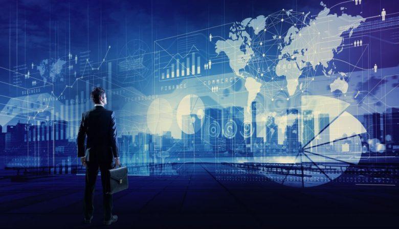 De bank noemt zichzelf een ICT-bedrijf, het vliegveld heet een digital airport en de retailer ziet zichzelf als technologieconcern. Het lijkt een modegril: jezelf als digitale organisatie bestempelen. Maar in plaats van een passerende trend is sprake van een fundamentele economische verandering. Zoals Google-topman Eric Schmidt zei: 'Internet gaat verdwijnen', dat wil zeggen dat het zo alomtegenwoordig wordt dat we het niet eens meer merken. Online is het concurrentiestrijdperk van de toekomst, en om mee te kunnen doen moet je organisatie daar op aangepast zijn. Van een digitale transformatie is sprake als een bedrijf zijn processen en het contact met klanten en leveranciers zodanig weet te digitaliseren dat ze online kunnen worden aangestuurd en ondersteund. Volgens recent onderzoek van Gartner zijn CEO's de afgelopen tijd minder gefocused op de groei van hun bedrijf, ten gunste van de digitalisering die maakt dat ze ook in de toekomst in staat zijn zich strategisch te ontwikkelen. De digitale transformatie is echter een veelomvattend veranderproces met uiteenlopende valkuilen. Dit zijn de belangrijkste. #1 Automation-as-usual Digitaal transformeren lijkt in veel opzichten op iets wat organisaties al jaren doen: automatiseren. Maar de verschillen zijn fundamenteel, zegt Hendrik Blokhuis, directeur van Digitale Versnelling Nederland, een programma van Cisco. 'Automatiseren heeft veel efficiëntie opgeleverd en organisaties moeten daar vooral mee doorgaan', zegt hij. 'Maar bij digitalisering moet je je strategie en primaire processen ter discussie durven te stellen, en ze opnieuw opbouwen aan de hand van digitale bouwstenen.' Door te bekijken hoe technieken zoals Internet of Things, kunstmatige intelligentie en big data in de processen een plaats kunnen krijgen, kan nieuwe klantwaarde worden gecreëerd. Blokhuis: 'Het moet daadwerkelijk een transformatie zijn. Niet automatiseren 2.0.' #2 Leiderschap naast de lijn Daarmee stelt de digitale transformatie hoge eisen aan h