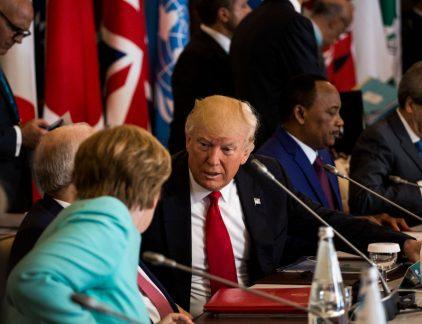 De messen worden geslepen aan de vooravond van de G7 top van de grootste westerse industriële landen aan staande zaterdag in Charlevoix, Quebec. Waar er normaal beschaafd wordt overlegd, zijn de overige leden nu vooral van plan om de VS aan te vallen rond de importtarieven op staal en aluminium die de regering van Donald Trump heeft ingevoerd. Met name de Canadese premier Justin Trudeau, maar ook Theresa May van het Verenigd Koninkrijk en bondskanselier Angele Merkel zullen naar verwachting uitvaren tegen de Amerikanen. Het Witte Huis heeft echter al laten weten dat Trump niet zal buigen