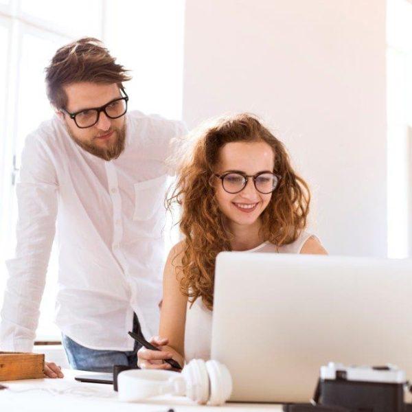 1. Doe geregeld een check-in Als manager moet je weten hoe het met je medewerkers gaat. In kleine bedrijven loopt de baas daarom geregeld de afdeling op, of spreekt zijn mensen bij de lunch of de koffie. In een internationaal bedrijf is dat lastiger. Soms zijn management en medewerkers wel duizenden kilometers van elkaar verwijderd. Eén manier om die afstand te overbruggen, is de check-in, die Cisco wekelijks houdt. Dat werkt zo. Medewerkers vullen een vragenlijstje in over hun werkzaamheden. Die antwoorden vormen de basis van het wekelijkse contactmoment tussen werknemer en manager. De twee belangrijkste vragen daarbij zijn: 'What did you love?' En: 'What did you loathe?' Ofwel: 'Waar hield je van? En wat verafschuwde je?' Ester Klaeijsen, HR Country Lead Nederland van Cisco legt uit: 'Zo krijg je een goed beeld van waar iemand energie van krijgt en wat hem of haar moeite kost.' Managers kunnen zo zien of de huidige werkzaamheden passen bij deze medewerker. Of dat er naar een andere inzet gekeken moet worden. 2. Maak van je werkplek een experience Je werkplek beïnvloedt je werkplezier en zelfs je gezondheid. Bij Atlassian heet de werkplek dan ook de 'workplace experience'. Die experience moet bij het bedrijf zo aangenaam mogelijk zijn. Het speciale 'work experience team' van Atlassian verricht ondersteunende en facilitaire diensten voor werknemers. 'Hun doel is om de werkdag van de medewerkers zo zorgeloos mogelijk te maken en hun ervaring op kantoor tot een feestje,' vertelt HR-manager EMEA Nikki Douglas van Atlassian vanuit de meditatiekamer op kantoor. 3. Geef jarige medewerkers een dagje cadeau Wat is een goed cadeau voor een jarige werknemer? HR-verantwoordelijke Klaeijsen van Cisco Nederland weet het wel. 'Het makkelijkste en beste cadeau dat wij als werkgever aan medewerkers kunnen geven, is een dag vrij.' Medewerkers van Cisco Nederland hebben jaarlijks recht op 25 vrije vakantiedagen – exclusief nationale feestdagen en overbruggingsdagen zoals de vrijdag t