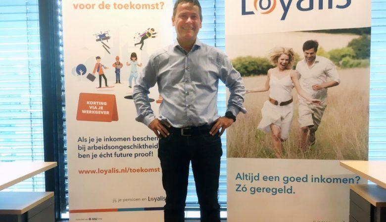 Een roerig jaar voor verzekeraars, 2016. Toen ging een nieuwe Europese wet van kracht, die veel strengere eisen stelde op het gebied van kapitaal, risicobeheersing en verslaglegging. 'Verzekeraars moeten nu een minimaal eigen vermogen hebben om de klant te beschermen, en solvabel genoeg zijn om tegenvallers op te vangen', aldus Roel Cuypers. Hij is verzekeringswiskundige, oftewel actuaris, bij Loyalis. De Limburgse verzekeraar telt ruim 200 medewerkers en beheert verzekeringspolissen voor ruim een half miljoen klanten. Ze zijn met name gespecialiseerd in inkomensbeschermingsproducten en pensioenaanvullingen. Bescherming van de consument, dat onderschrijft Loyalis uiteraard. Maar de wetgeving betekent ook dat de verzekeraar elk kwartaal een gedetaileerde rapportage moet maken voor de toezichthouder voor verzekeringsland: De Nederlandsche Bank. De rapportage moet inzicht geven in het risicomanagementysteem, de kapitaalbuffers, de beheersing van de interne organisatie, de gewenste en vereiste solvabiliteit van het bedrijf. Zo'n rapportage is dus niet zomaar even samengesteld. Direct na de verslagleggingsperiode begonnen ze bij Loyalis al met het in kaart brengen van de actuele situatie voor alle polissen. 'En de dagen voor de deadline werkten we echt met het zweet op ons voorhoofd om het allemaal af te krijgen', vertelt Cuypers. 'Uiteindelijk lukte dat altijd. Maar er was veel gestress.' Rapportagestraat 'Het proces van verslaglegging is complex', zegt Cuypers. 'Er zijn veel afdelingen bij betrokken'. Onder meer 4 financiële afdelingen buigen zich over de rapportage: het actuariaat, de afdelingen investments, risk management en finance & control. Ongeveer 10 mensen zijn daar met het proces bezig. 'Daarnaast hebben we een agile team in het leven geroepen voor de bouw en optimalisering van een zogeheten rapportagestraat. Die zorgt enerzijds voor een tijdige en juiste aanlevering van de polisbestanden aan het actuariaat. Anderzijds wordt de output van de diverse financiël