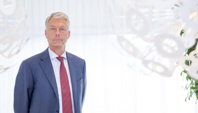 Maurice Oostendorp (1956) is een CEO met een missie. Na een loopbaan in het bankwezen kwam hij in 2013 als CFO bij het in problemen geraakte en op dat moment al genationaliseerde SNS Reaal terecht. Toen dat bedrijf door eigenaar de Nederlandse Staat werd opgeknipt, werd hij aangesteld om de bankenpoot te gaan leiden. Die inmiddels tot de Volksbank omgedoopte poot speelt met de op particuliere klanten gerichte merken ASN Bank, RegioBank, SNS en BLG Wonen een belangrijke rol in het Nederlandse financiële landschap. Menselijke maat Maar de Volksbank wil niet zo maar een bank zijn. Het gedrag van de financiële sector dat mede tot de bankencrisis heeft geleid, moet worden vermeden. Bij de Volksbank wil men het idee bank nieuwe inhoud geven, met maximaal oog voor de belangen van de klant en in samenspraak met de andere stakeholders. Bankieren met de menselijke maat, zoals men het op het hoofdkantoor tegenover het Centraal Station in Utrecht noemt. Dat heeft niet alleen gevolgen voor die klanten maar ook voor de interne processen, het toezicht en de manier waarop binnen de bank wordt samengewerkt. Wat houdt bankieren met de menselijke maat in? 'Wij denken dat het onderscheid dat wij als bank kunnen maken vooral in de relatie met de klant ligt. Bij de klanten moet het gevoel leven dat ze de bank er voor ze is op het moment dat ze hem nodig hebben. Van oudsher gaan banken er met hun productvoorwaarden van uit dat de klant niet altijd te vertrouwen is. De bank moet worden beschermd tegen verkeerd gedrag van de klant. Dat model willen we omkeren. Bij de Volksbank starten we vanuit het principe dat alle klanten te vertrouwen zijn.' Hoe moet ik me dat concreet voorstellen? 'Een voorbeeld is ons besluit om geen incassobureaus meer in te schakelen. Als je bankiert vanuit de klant, moet je niet als er geldproblemen zijn het dossier naar een bureau overhevelen. We halen alle dossiers terug en proberen er met de klant zo goed mogelijk uit te komen.' Staan de belangen van de klanten a