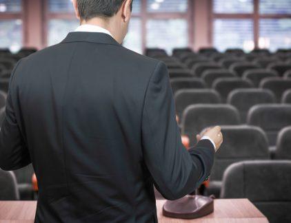 Veel CEO's vragen zich af hoe ze overkomen op het publiek. Maar wil je een goede speech afleveren, dan kun je je beter druk maken over de vraag of je verhaal wel goed overkomt, stelt mediatrainer en MT-columnist Maritte Braspenning.