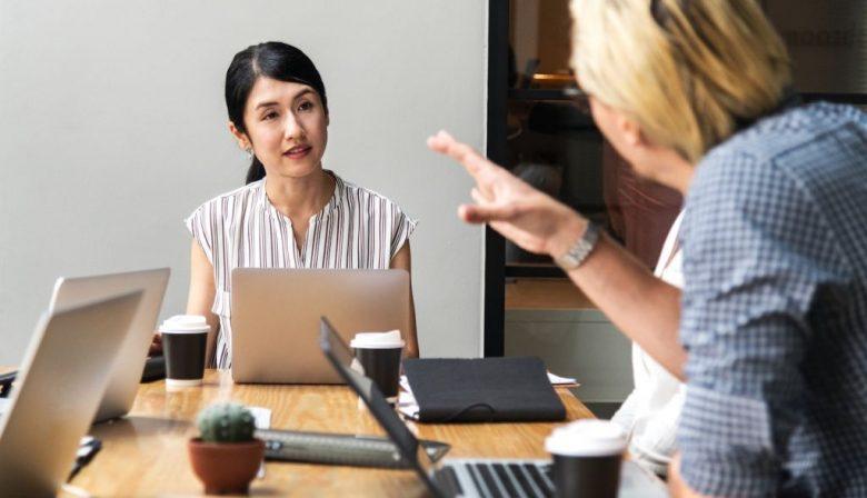 'Dienend leiderschap is het leiderschap van de toekomst', zegt Anouk Minnes van Great Place to Work. De paradoxale term verwijst naar een leidinggevende die menselijkheid toont, luistert naar zijn werknemers en hen meeneemt in besluitvormingsprocessen. Zulke leiders vergroten de tevredenheid van werknemers en dus het succes van het bedrijf. TUSSENKOP Invloed van leiders op de organisatie Great Place to Work doet al dertig jaar onderzoek naar goed werkgeverschap. De organisatie helpt bedrijven in het verbeteren van hun employee experience en publiceert elk jaar een ranglijst met beste werkgevers, 'Best Workplaces'. Minnes: 'De bedrijven die dit jaar de lijst haalden, onderscheidden zich van andere bedrijven door hoe goed ze naar hun werknemers luisteren,' vertelt Minnes. 'Goed leiderschap is niet alleen goed voor werknemers, maar ook voor het succes van het bedrijf. Werknemers met een goede employee experience, zijn productiever.' Hoe zorg je voor een goede werknemerservaring? Managers en leidinggevenden hebben daarvoor de sleutel in handen. Dat begint al op de eerste werkdag. Minnes: 'Je kunt de nieuwe werknemer een laptop geven en een map met alle benodigde informatie, maar je kunt er ook een momentje van maken waarop je hem of haar verwelkomt in het bedrijf. Die eerste dag hoeven nieuwkomers niet productief te zijn. Laat ze eerst maar eens goed kennismaken met de bedrijfscultuur en hun nieuwe collega's.' Creatief bureau FX, een van de Great Places to Work van 2018, laat nieuwe mensen de eerste dag een speurtocht door het pand maken. Zij moeten het wachtwoord van hun laptop bij elkaar puzzelen, door quizvragen over de geschiedenis van het bedrijf en het bedrijfspand te beantwoorden. Omdat ze al die dingen niet weten, moeten ze dat spelenderwijs, in contact met hun nieuwe collega's uitvinden. Zo ontmoeten zij hen en gaan direct in gesprek. 'Werken aan de employee experience hoeft dus niet een uitgebreid onboardingsprogramma te betekenen,' benadrukt Minnes van Great 