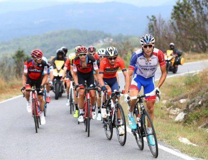 'Vaak komen mensen met veel zelfvertrouwen binnen', zegt Frank Keepers van Accell. 'Ze hebben 15 jaar ervaring in de fietsenindustrie. Ik zal wel even laten zien hoe dat simulatiespelletje moet worden gespeeld, zie je ze denken. Maar binnen 10 minuten komt het stoom ze uit de oren.' Frank Keepers is HR-directeur van Accell Group, de Nederlandse fietsengigant. Met zijn merken zoals Batavus, Sparta, Koga, Loekie, Raleigh, Redline en XLC is Accell een van de toonaangevende spelers in het hogere segment van de fietsen- en fietsonderdelenmarkt in Europa en Noord-Amerika. Ongeveer 3.000 werknemers zijn verdeeld over de werkmaatschappijen en dochterondernemingen in 18 landen bij het bedrijf in dienst. In 2017 werd ruim een miljard euro omgezet. Accell Group is genoteerd aan Euronext, het hoofdkantoor van de groep staat in Heerenveen. Net als veel andere markten is de fietsenverkoop sterk in beweging. Nieuwe concurrenten dienen zich online aan, Aziatische producenten manifesteren zich steeds sterker op de markt en nieuwe technieken veranderen de fietservaring en de verwachtingen van de klant. Om zijn marktpositie te verstevigen nam Accell zijn interne organisatie op de schop. Door de supply chain van de verschillende werkmaatschappijen beter te coördineren, zijn grote voordelen te behalen. Veel merken gebruiken immers dezelfde onderdelen zoals remsystemen, naven en brackets. Met de centrale inkoop hiervan bij een beperkt aantal toeleveranciers kunnen scherpere prijzen en betere leveringsvoorwaarden worden bedongen. Centralisatie van de inkoop heeft veel gevolgen. Interne procedures en protocollen moesten bij Accell opnieuw worden ontwikkeld. Het belangrijkste gevolg is dat inkopers en andere betrokkenen hun werk beter op dat van elkaar moeten afstemmen. Keepers: 'Bij de start van het veranderproject vroeg ik me af hoe we de betrokken managers en teamleden de veranderingen duidelijk konden maken. Je kunt het op papier zetten, maar als je het van papier leest, weet je nog nie
