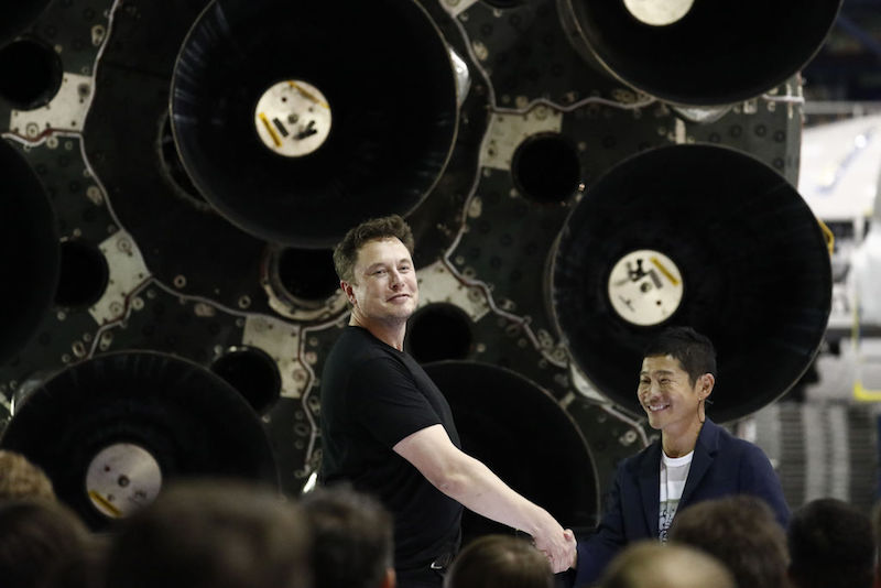 Yusaku Maezawa is de eerste toerist die door Elon Musk naar de maan wordt gestuurd in 2020. Wie is deze Japanse zakenman?