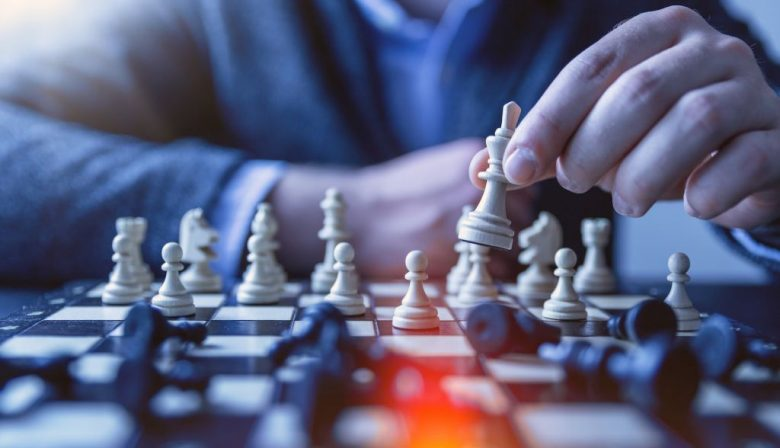 Inkoopprocessen coördineren om de marges te vergroten. Groeiprocessen afstemmen om de productkwaliteit te bewaken. Het gevoel voor de corporate values versterken in een snel veranderende omgeving. Salesmensen trainen. Het zijn zo maar wat recente voorbeelden van de toepassing van business games in verschillende bedrijven. Het instrument wordt door steeds meer organisaties ontdekt. De opmars van zakelijke spelsimulaties gaat, gezien de mogelijkheden, nog relatief langzaam. Mits goed toegepast zijn simulaties een instrument dat organisaties veel kan brengen. Op maat gemaakte simulaties kunnen managers en professionals inzicht in de dynamiek van organisatievraagstukken geven en biedt een veilige leeromgeving om te ontdekken wat wel en niet werkt. Ze leren hun eigen rol in de bedrijfsprocessen en de consequenties van hun gedrag kennen, waarmee die processen sterk te verbeteren zijn. De kennis van en ervaring met dit soort simulaties is in de meeste organisaties echter nog dun gezaaid. Vijf tips voor het inzetten van business games. #1 Weet wat je ermee wilt De mogelijkheden van spelsimulaties en de gamification van processen zijn veelsoortig, en om ze goed te benutten moet je weten wat je wilt. Een relatief eenvoudige vorm is het ondersteunen van de training van bijvoorbeeld sales- en helpdeskmedewerkers, met het introduceren van feedback en competitie-elementen. Complexere toepassingen worden bijvoorbeeld gebruikt voor het ondersteunen van veranderprocessen of strategieontwikkeling. De beste resultaten bereik je met simulaties die naadloos op de processen die je wilt verbeteren aansluiten. 'Daarom moet het leerdoel van tevoren volkomen helder zijn', zegt Thomas Benedict. Benedict is directeur van het adviesbureau InContext dat simulaties bij tientallen bedrijven begeleidde. 'Daarna kun je zorgen dat je spel de processen goed weerspiegelt.' Meestal houdt dat in dat een maatwerksimulatie moet worden gemaakt. In sommige gevallen kan een standaardsimulatie worden gebruikt,