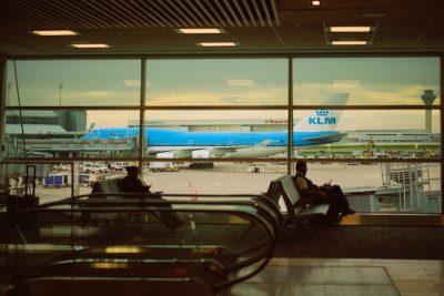 KLM - dat dit jaar 100 jaar bestaat - bouwde flink aan het imago dat het vandaag de dag heeft. Onder de staf van Jan de Soet onderging de luchtvaartmaatschappij een cultuurtransformatie begin jaren 80: je baas niet teveel lastig vallen en al helemaal niet met lange memo's. Een voorpublicatie uit het boek van Ron Wunderink.