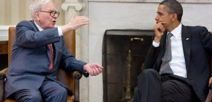 Warren Buffett toont Barack Obama de inhoud van een 5-liter Colafles