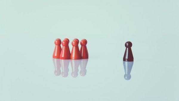 Hoe ziet goed leiderschap eruit? Volgens de Amerikaanse schrijfster Brené Brown heeft dat niet te maken met kennis van zaken of een duidelijk doel, maar met moed, vertrouwen en kwetsbaarheid. In haar nieuwe boek Durf te leiden spoort ze managers aan om daarin het voortouw te nemen.