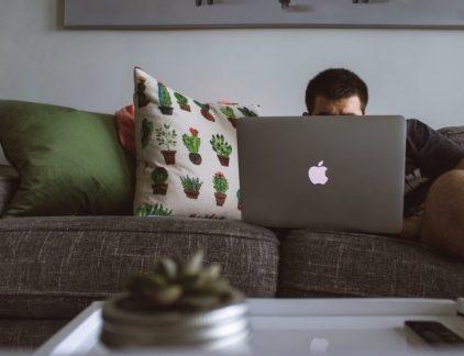 Met onze smartphone op zak en onbeperkt toegang tot internet zijn we altijd en overal bereikbaar. Handig, zou je zeggen. Maar continu 'aan' staan vreet energie. Wie zo nu en dan offline gaat, is daarna weer veel productiever. En dat is nog maar één reden waarom je als leidinggevende medewerkers buiten kantooruren beter zo veel mogelijk met rust kunt laten.