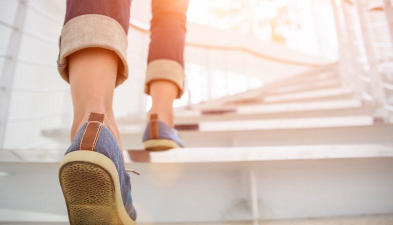 De hele dag doorbrengen op kantoor is niet bepaald bevorderlijk voor onze gezondheid. Dat moet anders, vindt Coen van Oostrom. De gebouwen die hij neerzet zijn ontworpen rondom de gezondheid van de gebruikers.