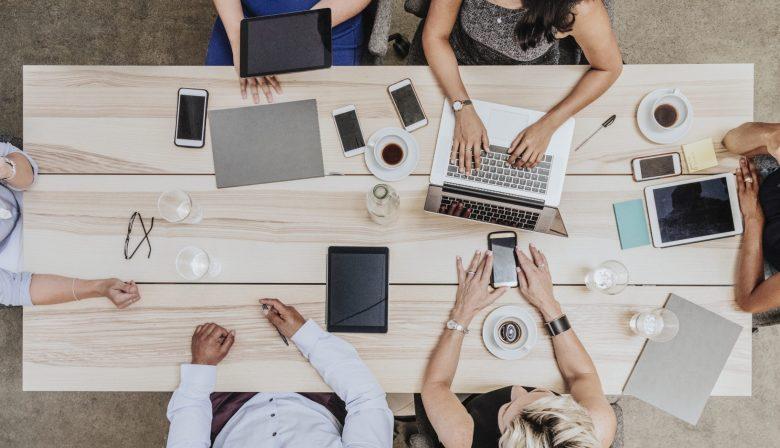 laptops en telefoons in de vergadering MT Work/Life