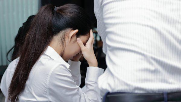 Huilen in het bijzijn van collega's: is dat nog steeds een teken van zwakte en bijzonder ongemakkelijk, of is het juist gezond om je gevoelens ook op de werkvloer te kunnen uiten?