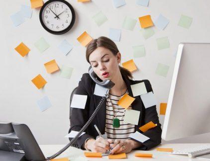 Niet alleen je drukke baan of die vele taken op je to-do lijst, maar vooral jijzelf zorgt voor onrust in je hoofd. Jan Wolter Bijleveld helpt met vragen formuleren die leiden tot rust.