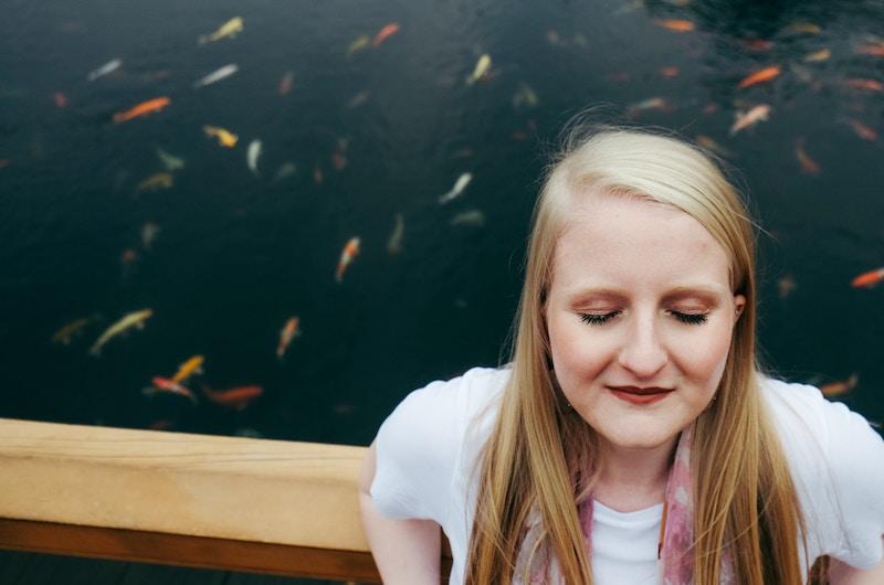 Een vrouw kijkt heel mindful en zal een authentieke leider worden