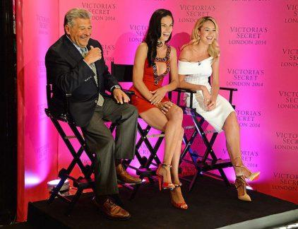 Zijn mening was vorig jaar duidelijk: Plus size modellen en transgendermodellen passen niet bij de fantasie van de show van Victoria's Secret. Nu het Amerikaanse lingeriemerk samenwerkt met een transmodel, ziet CMO van moederbedrijf Limited Brands Edward Razek zich genoodzaakt om op te stappen.